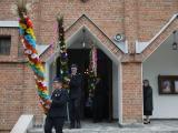 Strażacy wynoszący palmy z kościoła